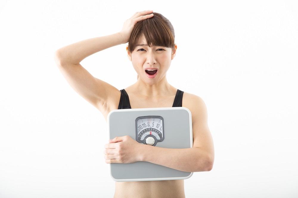 体重計を持った女子
