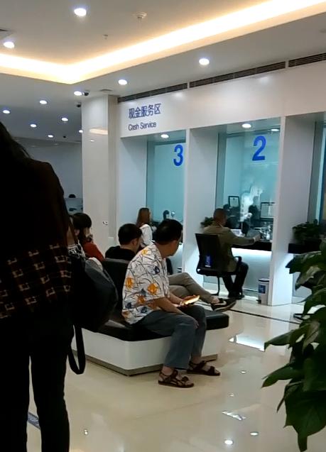 銀行に入って、番号が呼ばれるまで待ちます。