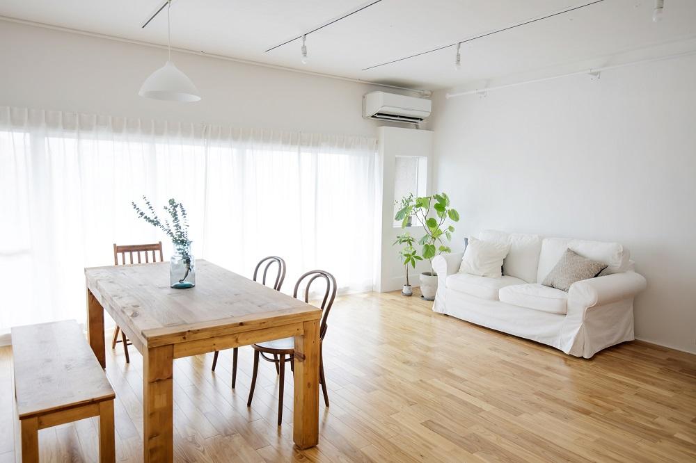 ホームステージングとは、売り出し中の家やマンションの室内を家具や照明、小物やグリーンなどでモデルルームのように室内を演出するサービス
