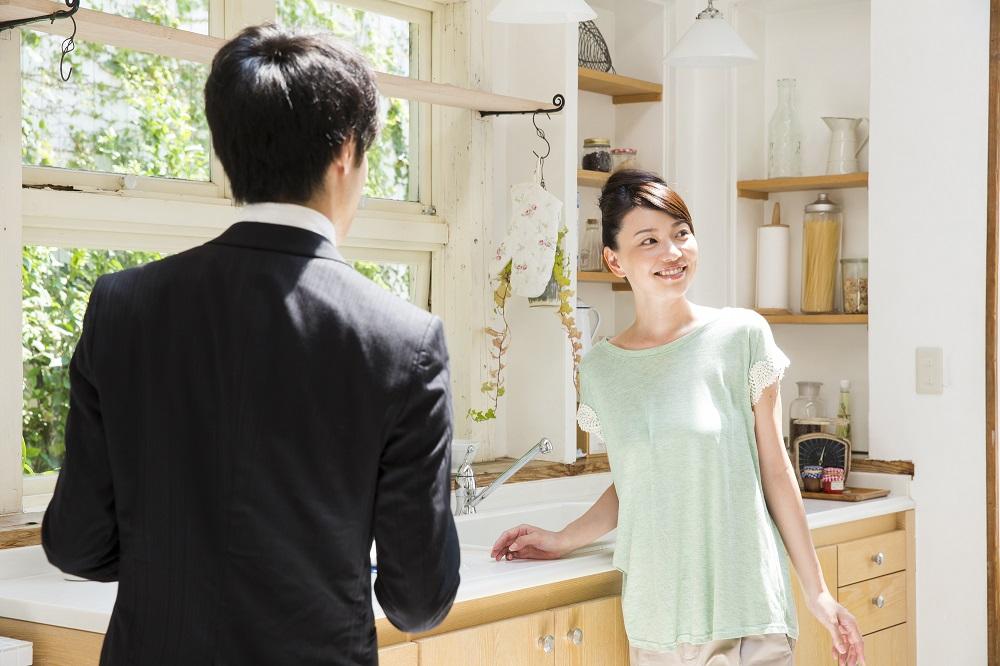 ホームステージングとは売り出し中の家やマンションの室内を家具や照明、小物やグリーンなどでモデルルームのように室内を演出するサービス