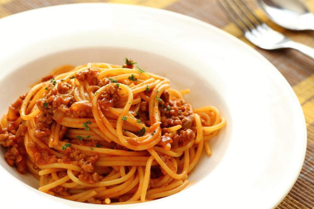 トマト缶やひき肉が入ったボロネーゼパスタ、ミートソーススパゲティ、