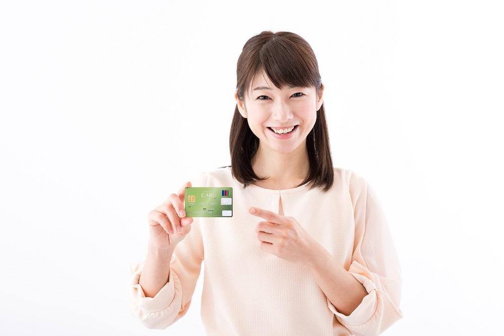 カードを持っている女性
