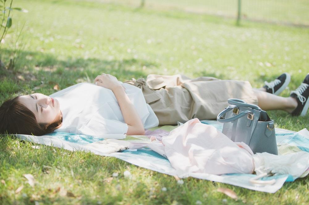 お気に入りのドリンクと一緒に日光浴を楽しんでみる