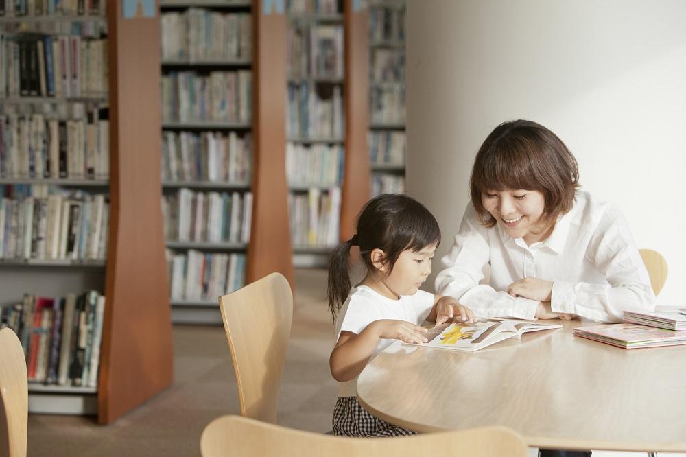 図書館で絵本を読む親子