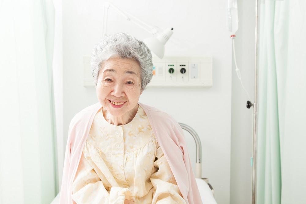 特別養護老人ホームで暮らす70代の女性