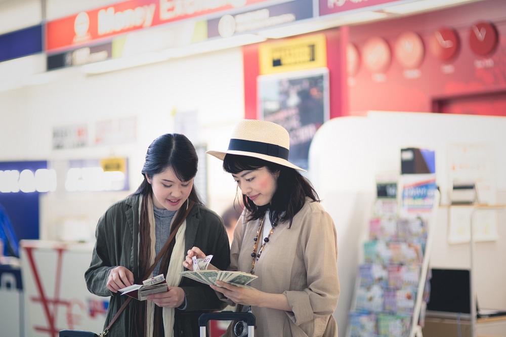 海外旅行で「外貨両替」するなら、やっぱり「キャッシング」がお得? 筆者が徹底検証し、お得な「クレジットカード」も紹介します。